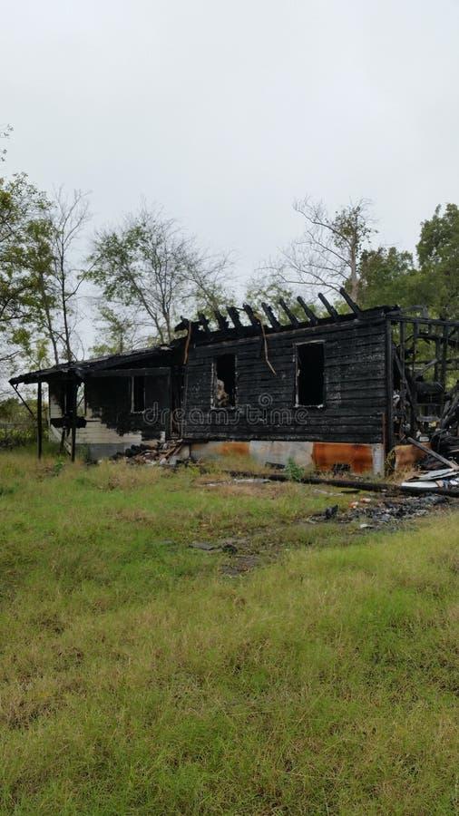 Молния ударяет и горит дом стоковое изображение rf