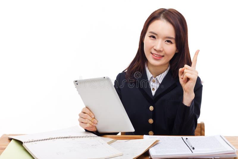 Молодая азиатская девушка студента используя ПК таблетки стоковые изображения rf