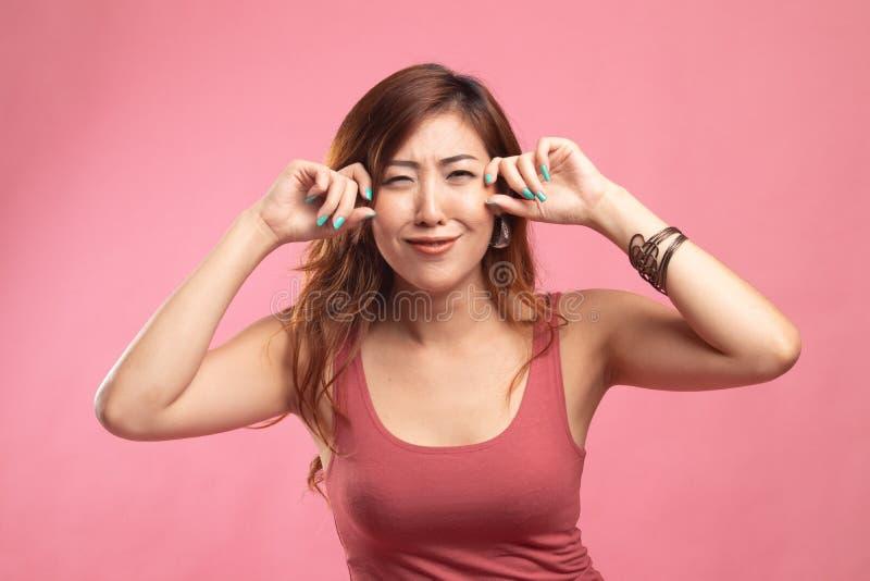 Молодая азиатская женщина грустная и выкрик стоковые фотографии rf