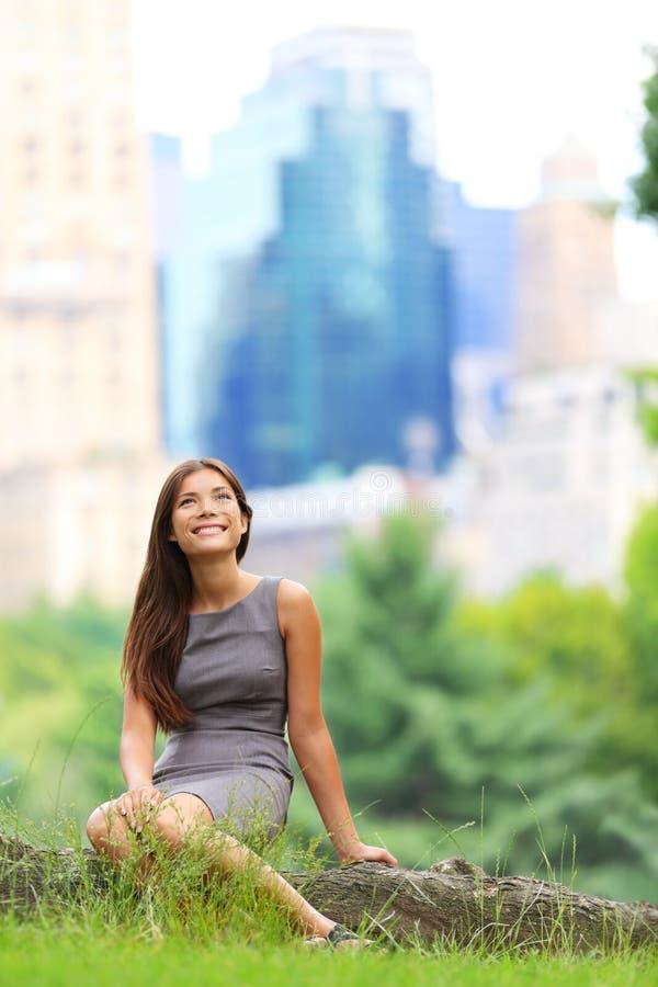 Молодая азиатская женщина дела в нью-йорк стоковые фото