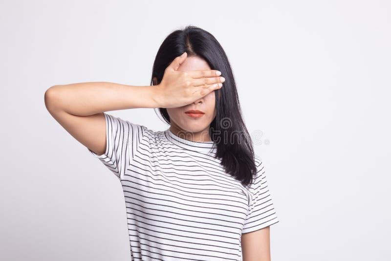 Молодая азиатская женщина закрыть ее глаза с рукой стоковые изображения