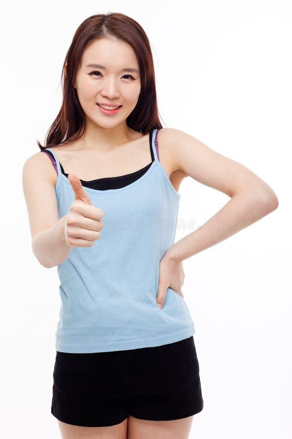 Молодая азиатская женщина показывая большой палец руки. стоковое изображение rf