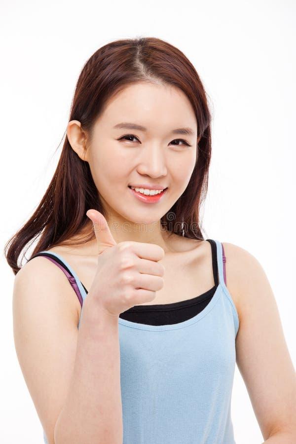 Молодая азиатская женщина показывая большой палец руки. стоковое фото rf