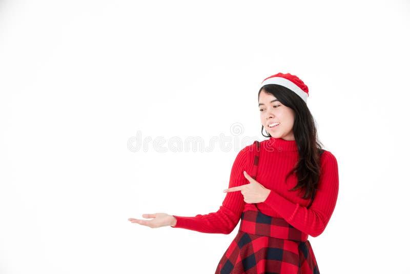 Молодая азиатская женщина показывая продукт с открытой ладонью руки на изоляте стоковые фото