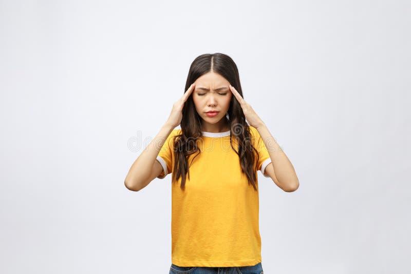 Молодая азиатская женщина получила больной и головной болью изолированная на белой предпосылке стоковое фото rf