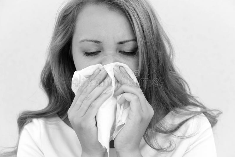 Молодая азиатская женщина получила больной и гриппом на серой предпосылке стоковое фото rf