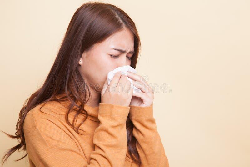 Молодая азиатская женщина получила больной и гриппом стоковая фотография rf