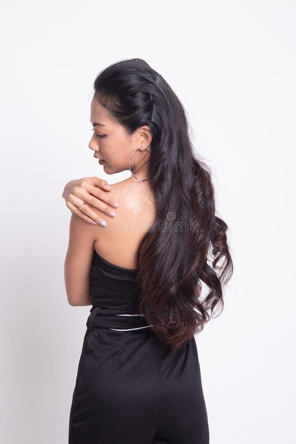 Молодая азиатская женщина получила боль в спине стоковая фотография