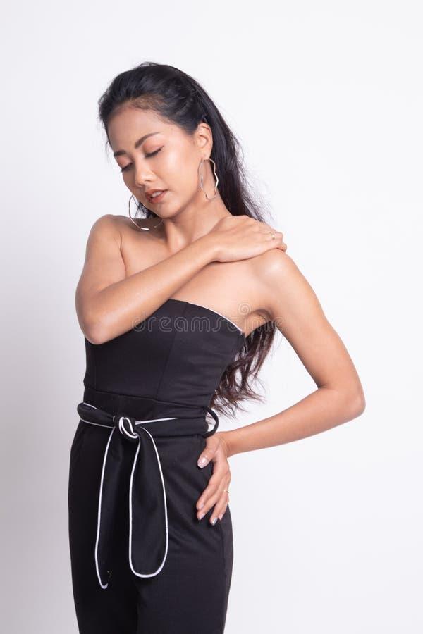 Молодая азиатская женщина получила боль в спине стоковое фото