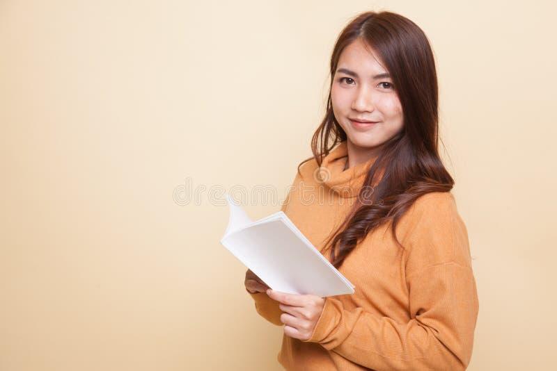 Молодая азиатская женщина прочитала книгу стоковые фото