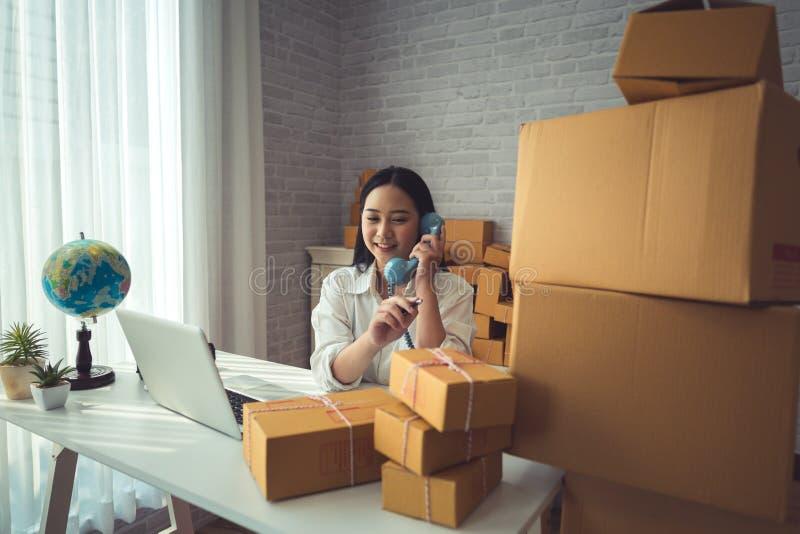 Молодая азиатская женщина работая дома стоковая фотография rf