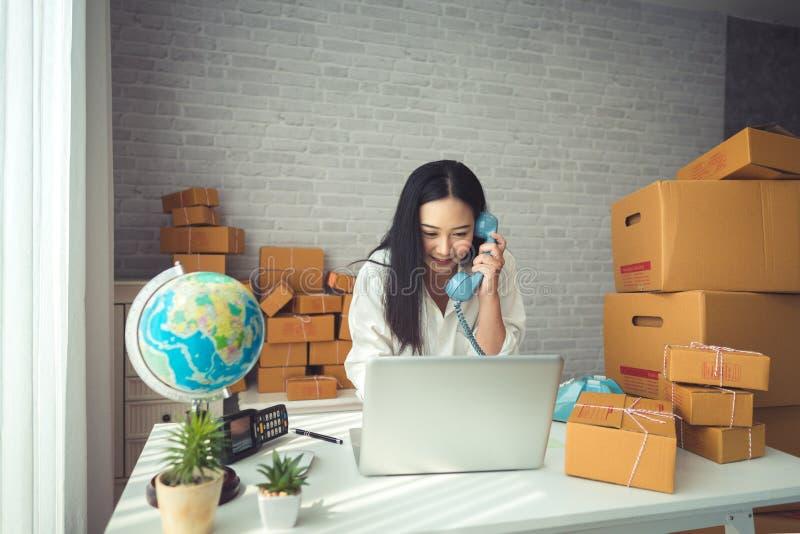 Молодая азиатская женщина работая дома стоковые фотографии rf