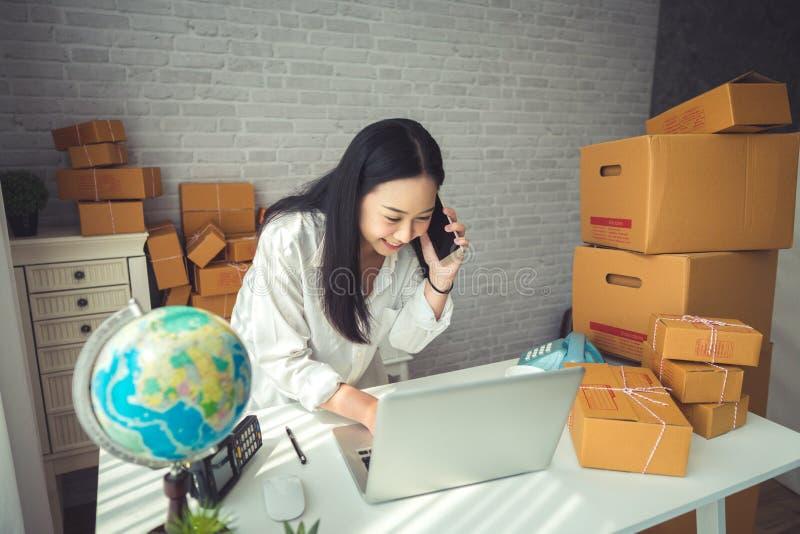 Молодая азиатская женщина работая дома стоковое изображение rf