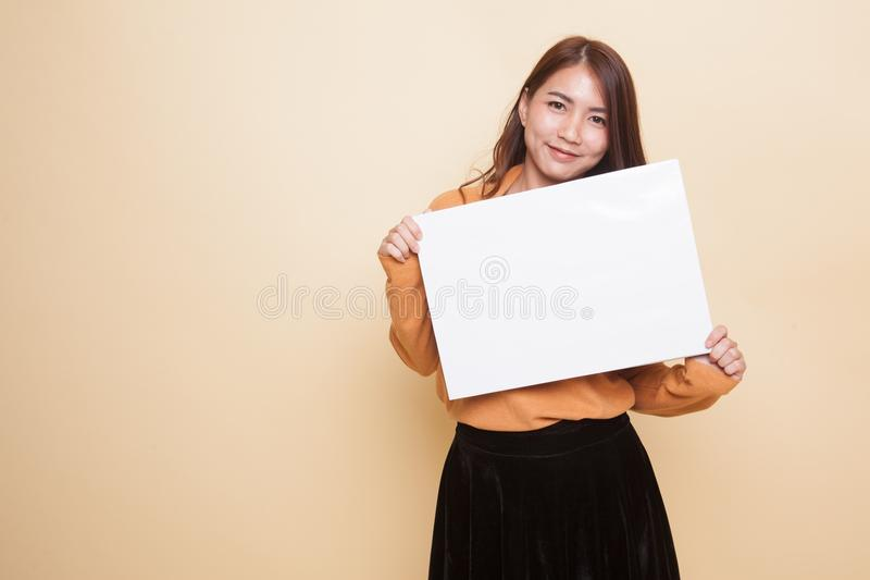 Молодая азиатская женщина с белым пустым знаком стоковые изображения rf