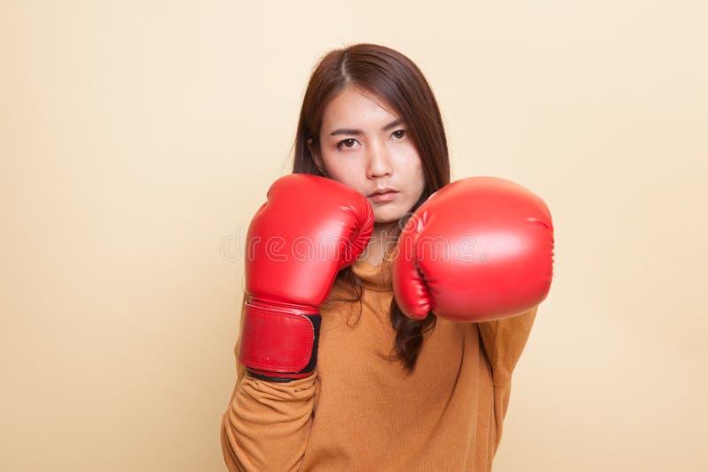 Молодая азиатская женщина с красными перчатками бокса стоковые изображения