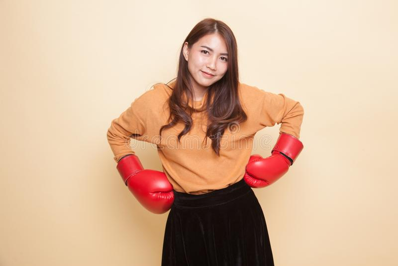 Молодая азиатская женщина с красными перчатками бокса стоковые фото