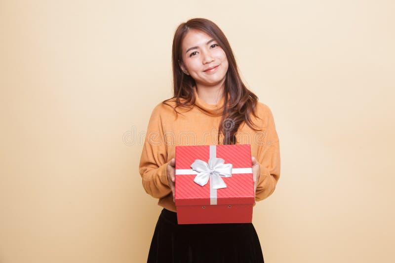 Молодая азиатская женщина с подарочной коробкой стоковые фото
