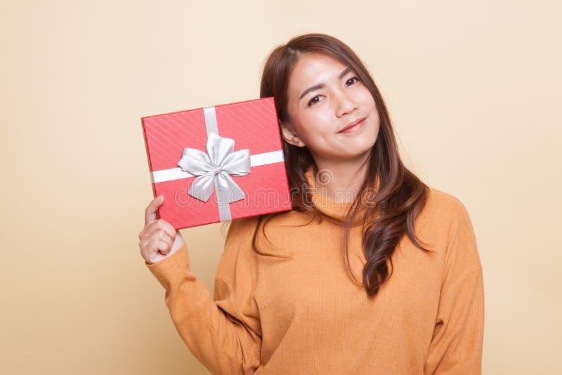 Молодая азиатская женщина с подарочной коробкой стоковое фото rf
