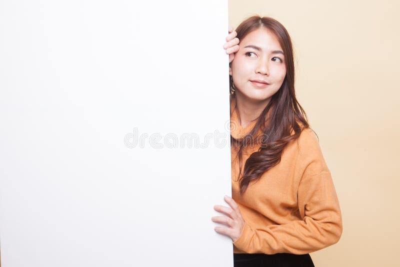 Молодая азиатская женщина с пустым знаком стоковое фото