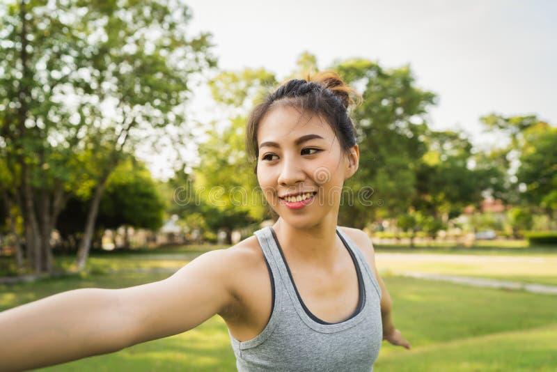 Молодая азиатская йога женщины outdoors держит затишье и размышляет пока практикующ йогу стоковые изображения rf