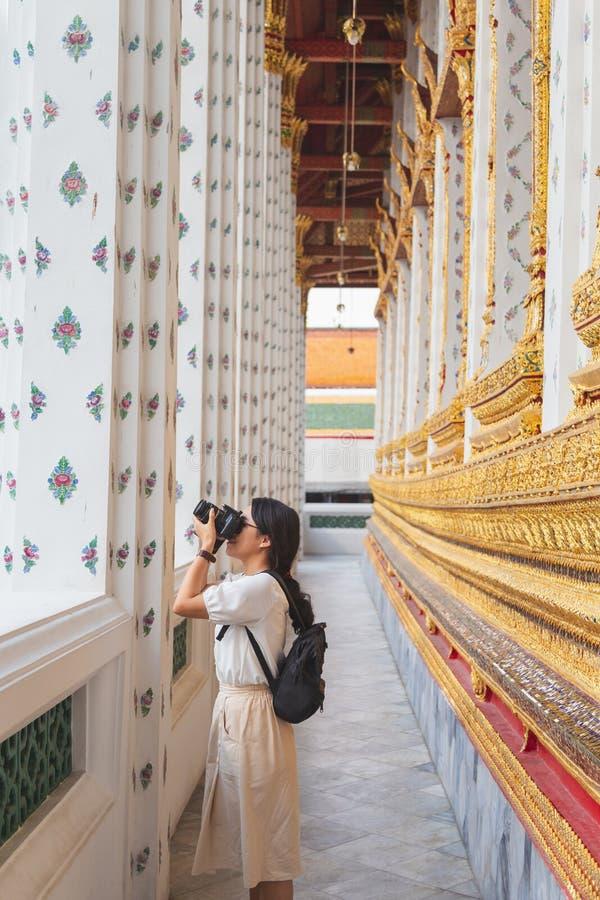 Молодая азиатская снимая камера на chuch Wat Arun стоковая фотография rf