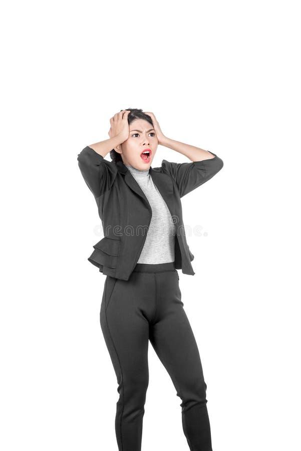 Молодая азиатская сотрясенная бизнес-леди с выражением лица стоковые изображения