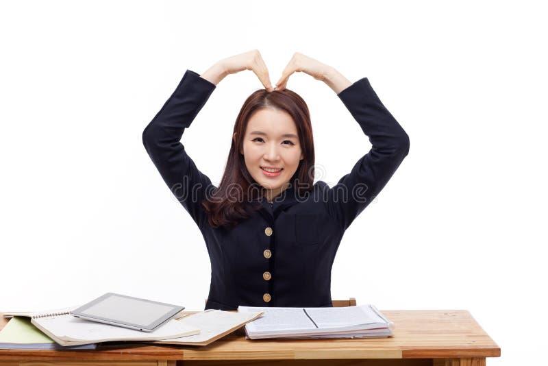 Молодая азиатская форма сердца жеста студента. стоковое фото