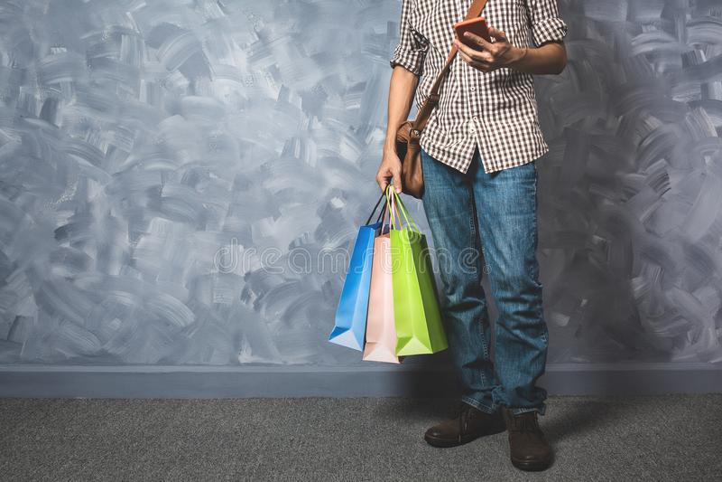 Молодая азиатская хозяйственная сумка владением человека стоковое фото
