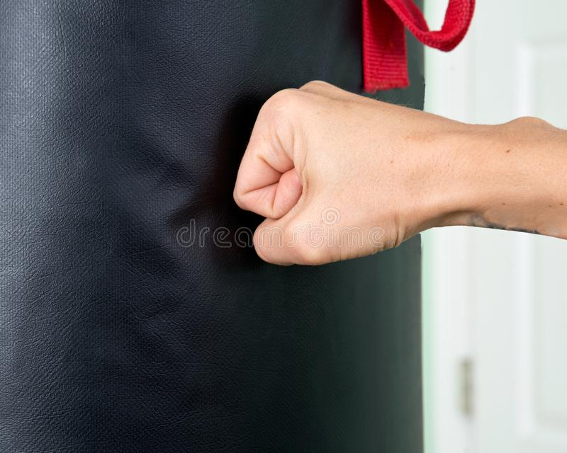 Молодая активная разминка женщины: cardio kickboxing, груша стоковые изображения