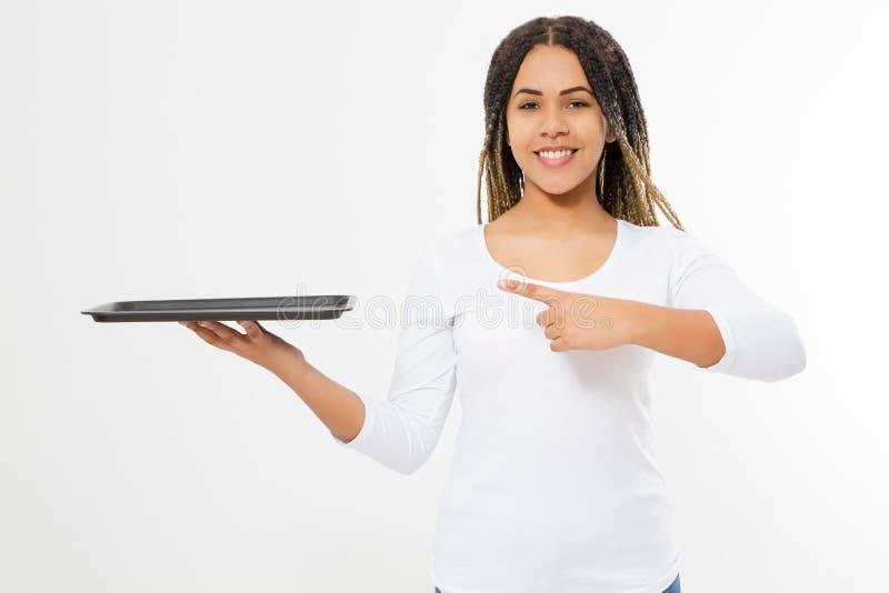 Молодая Афро-американская женщина с подносом шаблона для космоса экземпляра показа еды Счастливый сервис связанный с питанием офи стоковое фото