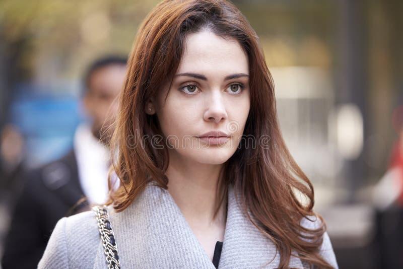 Молодая белая взрослая женщина идя на оживленную улицу в Лондоне, виде спереди, конце вверх стоковые изображения