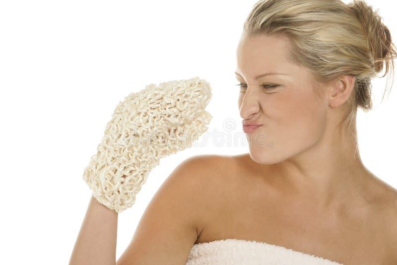 Молодая белокурая женщина делая смешную сторону после ванны стоковое фото rf