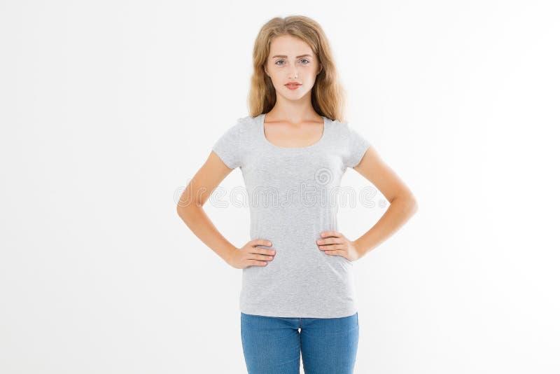 Молодая белокурая женщина с телом пригонки тонким в пустой футболке и джинсах шаблона изолированных на белой предпосылке Насмешка стоковые фотографии rf