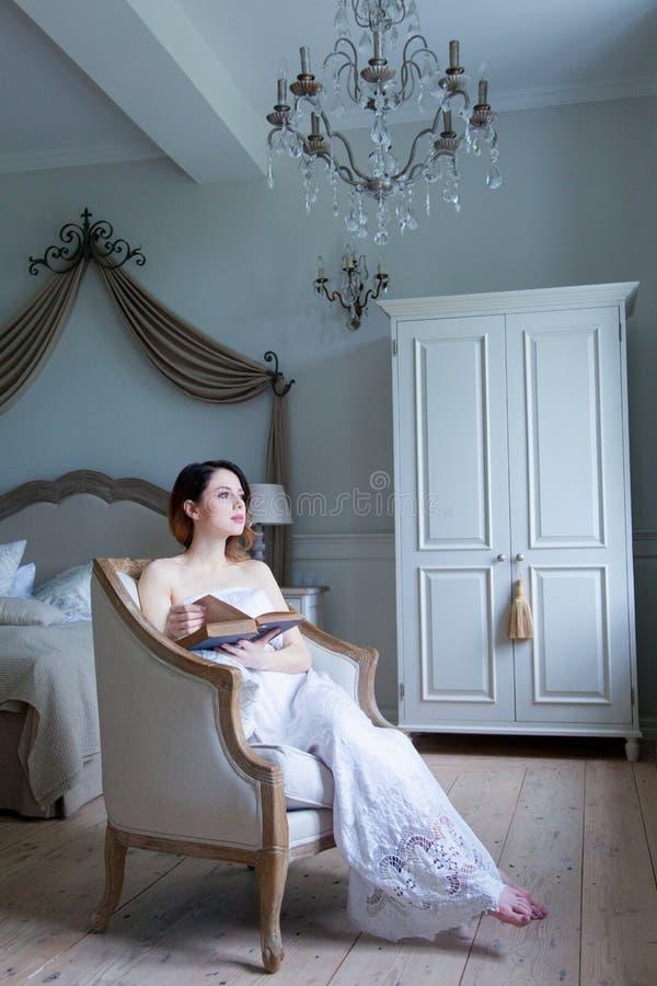 Молодая беременная женщина в белом усаживании платья стоковые изображения rf
