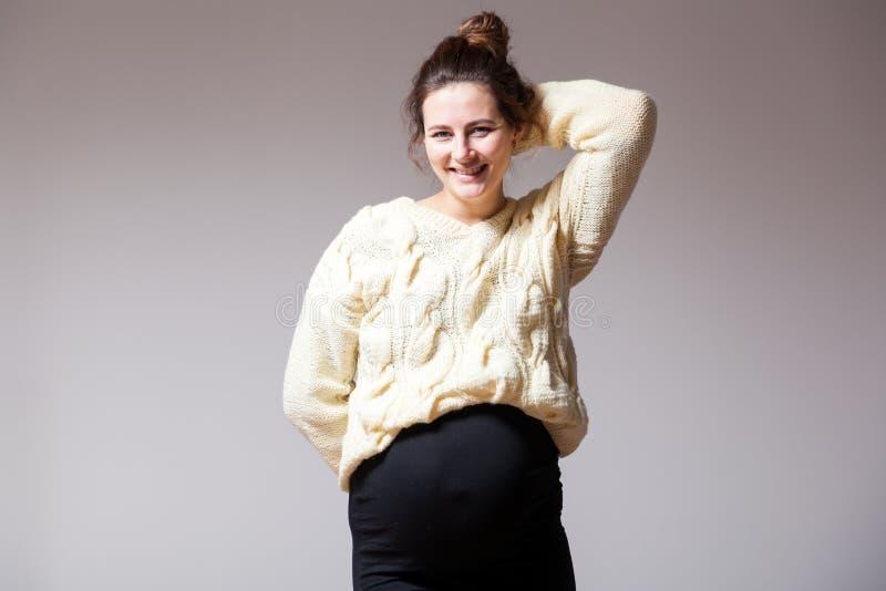 Молодая беременная женщина стоковые изображения
