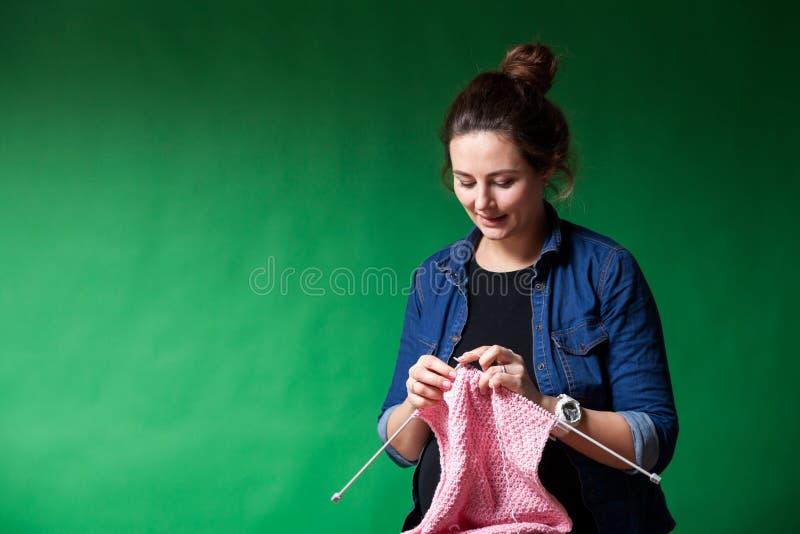 Молодая беременная женщина стоковое изображение rf