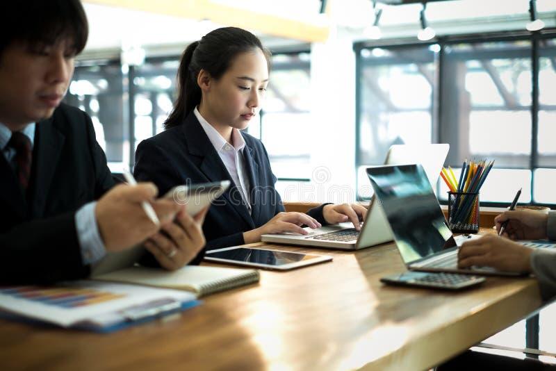 Молодая бизнесменка, работающая с мобильным ноутбуком и документооборотом, бизнес-концепция стоковое фото