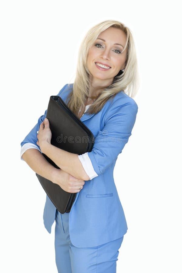 молодая бизнес-леди в куртке с папкой офиса, женщина портрета дела белокурая в голубом костюме Содержание дела изолировано стоковое фото rf