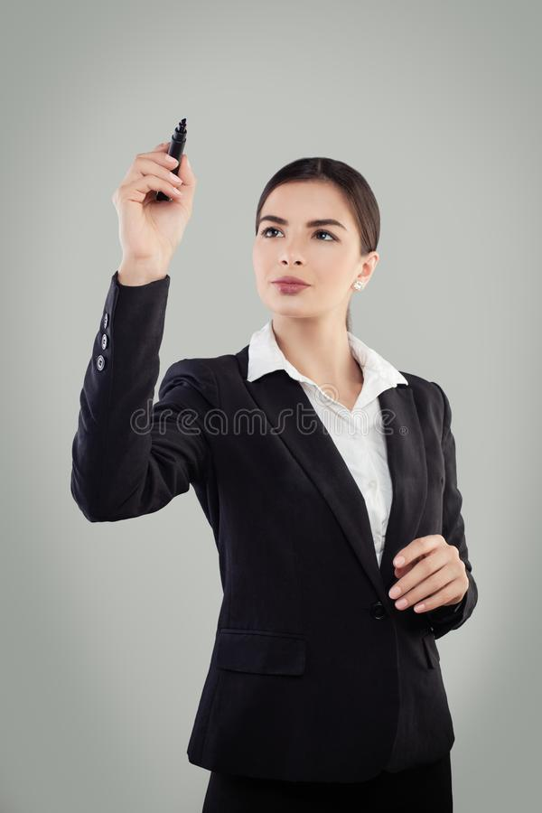 Молодая бизнес-леди в черной ручке удерживания костюма стоковые фото