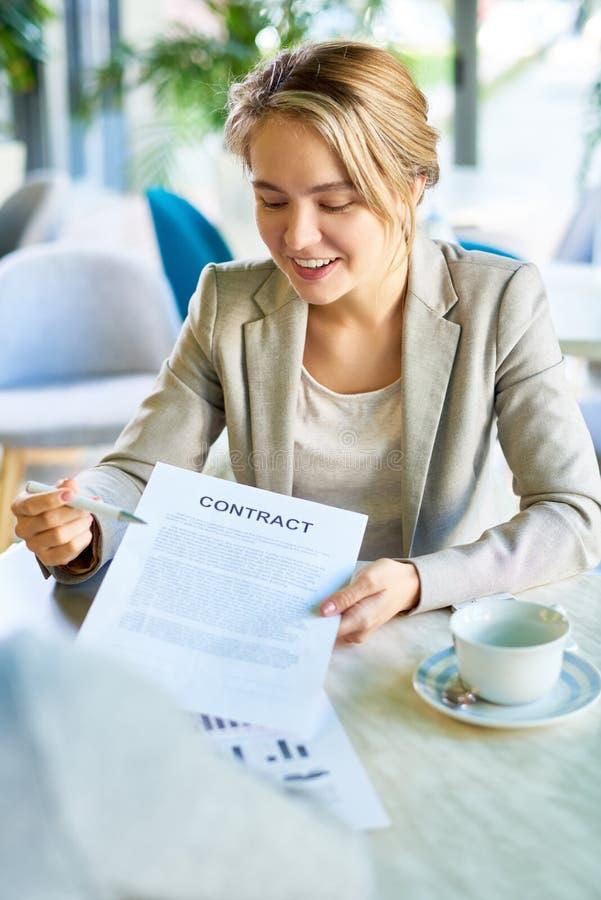Молодая бизнес-леди представляя контракт стоковые фотографии rf