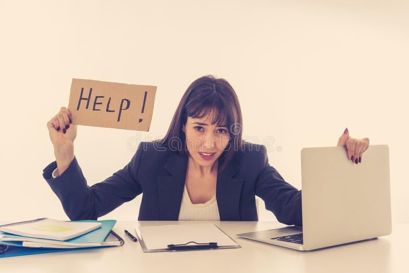 Молодая бизнес-леди усиленная и отчаянная с ноутбуком разочарованный стоковые фото