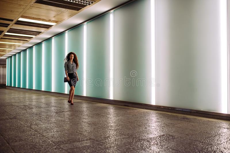 Молодая бизнес-леди redhead идя для работы стоковые фотографии rf