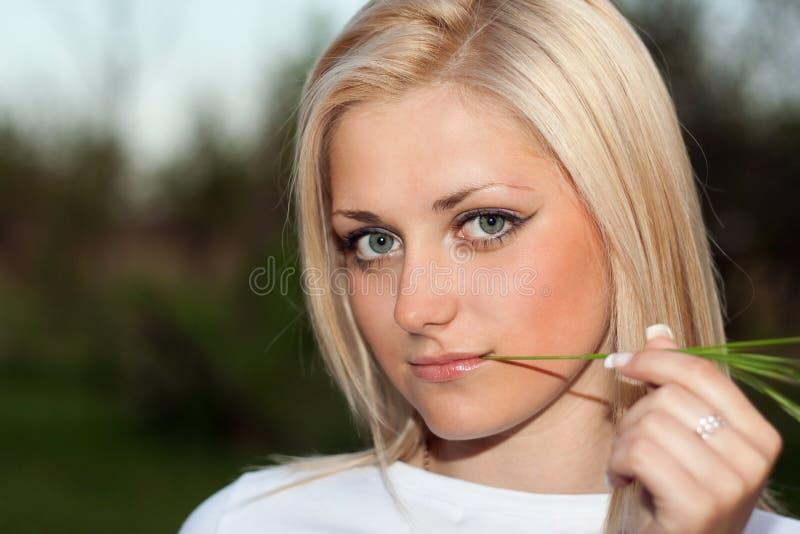 Молодая блондинка с sprig стоковое фото