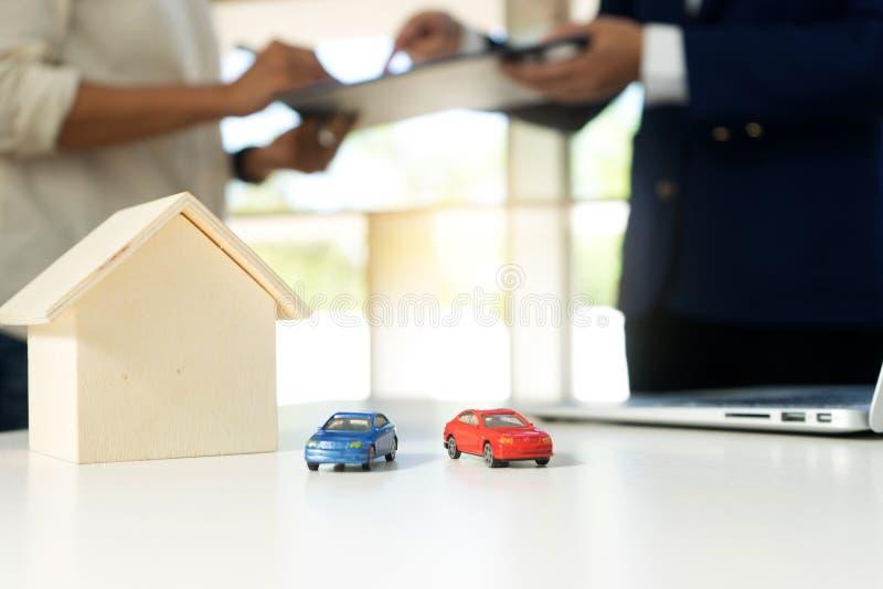 молодая бумага работы бизнесмена для автомобиля дома стоковое изображение rf