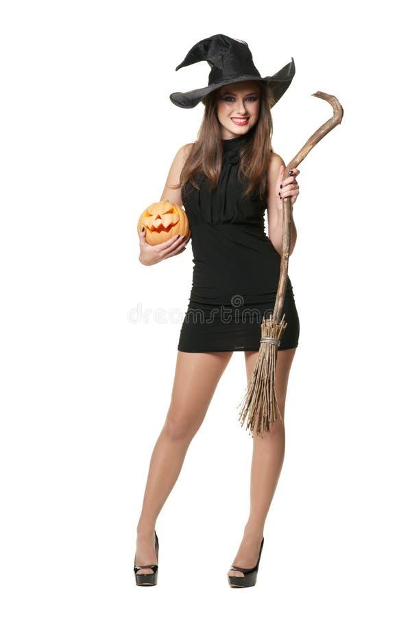 Молодая ведьма брюнет с веником стоковое изображение rf