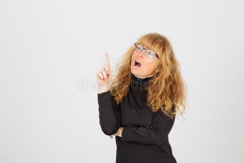 Молодая взрослая женщина думает стоковая фотография