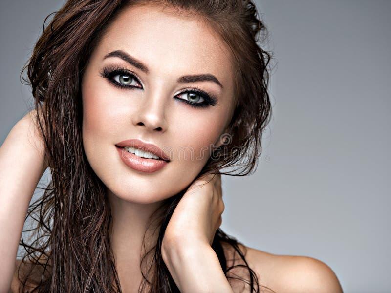 Молодая взрослая усмехаясь девушка со здоровой кожей стоковое изображение rf