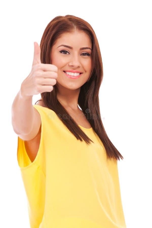 Молодая вскользь женщина давая о'кей стоковое изображение