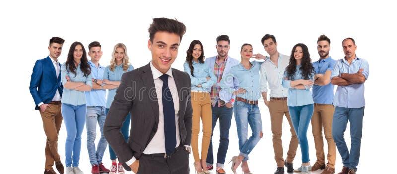 Молодая вскользь команда при расслабленный руководитель бизнесмена стоя в fr стоковое фото rf