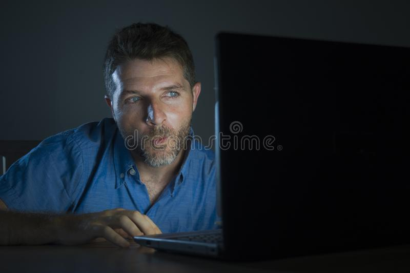 Молодая всполошенного и возбужденного человека наркомана секса наблюдая онлайн в ночи света ноутбука чернь порно дома в порнограф стоковое фото rf